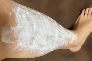 レグノス除毛クリームを下へ塗っていく