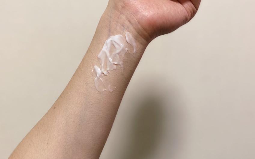 手首の練り香水を塗りこむ